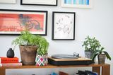 Plattenspieler aus Bambus auf Sideboard mit Pflanzen