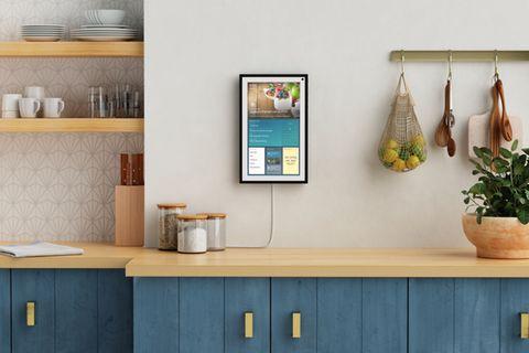 Smartes Display an der Wand in der Küche