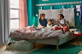 Mutter, Vater und Kind in einem DIY-Familienbett von IKEA